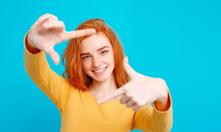 Mujer Sonriendo haciendo cuadro